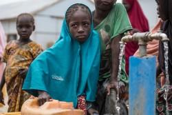国内避難民キャンプで、水を汲む順番を待つ女の子。 (17歳、仮名)。(ナイジェリア・マイドゥグリ)2017年8月1日撮影