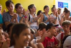 世界難民の日のお祝いで、手拍子をしながら一緒に歌うギリシャの子どもたちと難民の子どもたち。(アテネ)2017年6月28日撮影