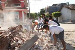 地震で崩壊した建物の残骸を片付けるボランティアの人たち。(オアハカ)2017年9月9日撮影