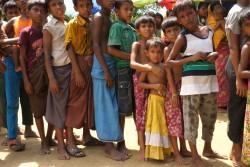 予防接種を受ける順番を待つ子どもたち。