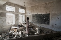 2015年の爆破で破壊されるまで、使用していた教室に立ちすくむ生徒。 (イエメン・サアダ)2017年4月24日撮影