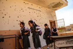 紛争の爪痕の残る学校に通う生徒たち。 (イラク・ラマーディー)2016年11月撮影
