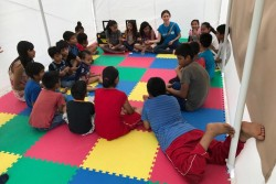 """地震の被災地域で、ユニセフは「子どもにやさしい空間」を設置し、子どもたちが 安全に安心して過ごすことのできる""""居場所""""を確保している。"""