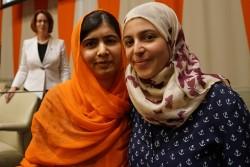 国連ハイレベル会合で教育の大切さを訴えた、国連ピース・メッセンジャーでもあるマララ・ユスフザイさんと、ユニセフ親善大使のマズーン・メレハンさん。