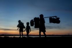 大きな荷物を持ち、バングラデシュに到着したばかりのロヒンギャ難民の子どもたち。(2017年9月15日撮影)