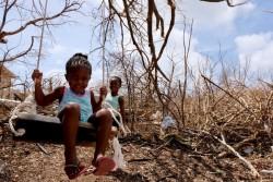 木に結びつけて作ったブランコで遊ぶ姉妹。(アンギラ)2017年9月11日撮影