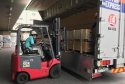 日本生協連の物流子会社㈱シーエックスカーゴの倉庫に到着するテント。