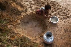 食事の調理のための水を汲む子ども。(2017年9月12日撮影)