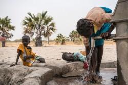 給水所に水を汲みに来た子どもたち。(南スーダン・アウェル)2017年3月撮影