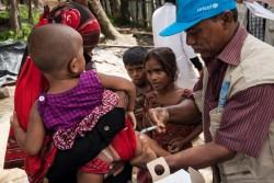保健員から予防接種を受ける子どもたち。(2017年9月24日撮影)