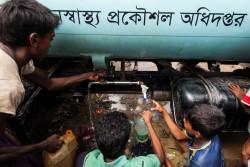 給水車から水を汲む子どもたち。(2017年9月24日撮影)