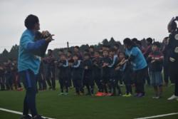 ハーフタイムに手洗いダンスを踊る子どもたちと選手