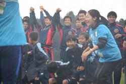 さいごは・・・手をつないでフィニッシュ!子どもたちも楽しそうですが、選手たちも楽しそうです。