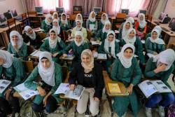 アンマンの学校を訪ねたマズーン・メレハン大使とシリア難民の生徒たち。 (2017年10月14日撮影)