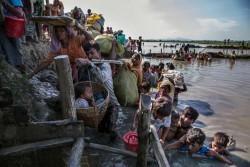 川を渡り、 バングラデシュに逃れてくるロヒンギャ難民の人たち。 (2017年10月16日撮影)