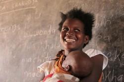 ユニセフが支援する識字クラスに通うアミナさん(19歳)。(マラウイ・マンゴチ)2017年8月撮影