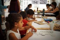 ワークショップに参加する、シリア難民のヴィアンちゃん(6歳)。(アテネ)2017年7月撮影