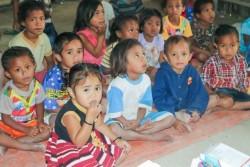 ユニセフの支援する地域幼稚園に通う、ルゼリア・オルナイちゃん(前列左)とお友達。