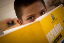 ユニセフが支援する学校で学ぶ男の子。ギャングによる暴力で父親と叔父を亡くし、母親とも離れて暮らす。(ホンジュラス)2016年4月撮影