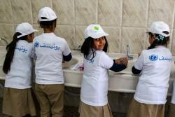 「いのちを守るきれいな手」を合言葉に、手洗いを広めるキャンペーンに参加する小学校の児童たち(イラク・バグダッド)