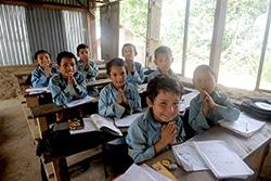 ユニセフが支援した仮設校舎で学ぶ子どもたち