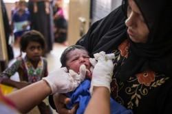 ポリオの予防接種を受ける生後1週間の赤ちゃん。(2017年10月2日撮影)