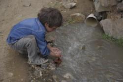 浄水処理をしていない水で、手を洗う子ども。(2017年10月24日撮影)