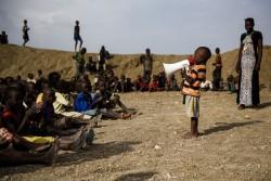 文民保護区で開かれたイベントで、前に立って話す男の子。(ベンティウ・南スーダン)2017年4月撮影