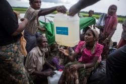 水の配給を受ける人たち。(2017年10月17日撮影)