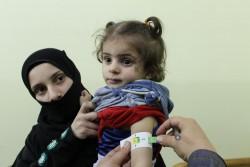 栄養不良の検査を受ける女の子。(2017年10月30日撮影)