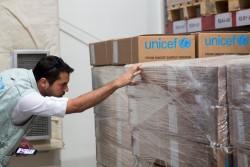 支援物資の確認をするユニセフのスタッフ。(2017年11月11日撮影)