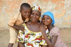 抗レトロウィルス薬の治療で、母子感染を防いだ親子。(コートジボワール)2017年3月撮影