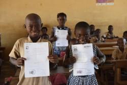 教室で出生登録証を掲げる子どもたち。(コートジボワール)2016年2月撮影