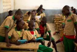 ユニセフから提供されたタブレットを使って学ぶ子どもたち。(カメルーン)2017年10月31日撮影
