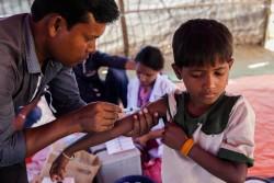 難民キャンプで予防接種を受ける男の子。 (2017年11月30日撮影)