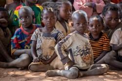 コミュニティの栄養に関する集会に参加する子どもたち。(2017年7月撮影)