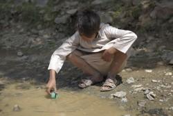 下水管から流れた水で遊ぶ子ども。(2017年10月24日撮影)