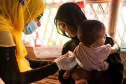 栄養不良の検査を受ける子ども。(2017年12月4日撮影)