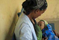 肺炎にかかった赤ちゃんを抱く母親。(エチオピア)2014年9月撮影