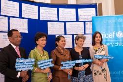マエン・サムオーン副首相(中央)、 子どもへの暴力に関する国連事務総長特別代表 マルタ・サントス・ パイス(右から二番目)、 ユニセフ・カンボジア事務所のデボラ・コミニ代表(一番右)