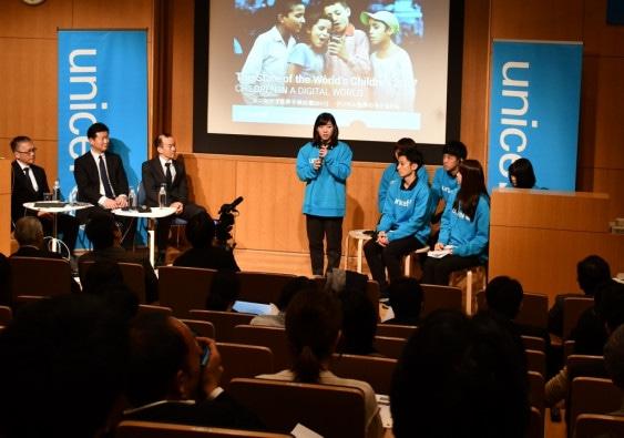 「世界子供白書2017」発表会に登壇し、自分の考えを述べる学生。