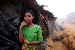 難民キャンプのテントの前に立つ12歳の女の子。(2017年12月19日撮影)