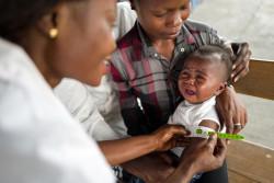 栄養不良の検査を受ける子ども。(2017年10月撮影)