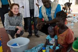 栄養不良の子どもを抱える母親と、話をするヘンリエッタ・フォア事務局長。 (2018年1月17日撮影)