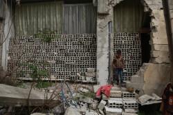 「マラとここで遊んでいた時、突然、辺りが全部真っ暗になって、気付いたら病院にいたんだ」と話す、ダマスカス郊外にある東グータで暮らす6歳の男の子。一緒に遊んでいた姉妹は、爆撃によって崩れたがれきの下敷きとなり亡くなった。