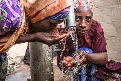 ボコ・ハラムによって自宅を追われ、身を寄せているチャドの難民キャンプで、安全な水を飲む難民の子どもたち(2017年4月20日撮影)