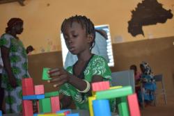 玩具で遊ぶ幼稚園の子どもたち