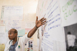FGM/Cについて注意喚起を行う看護師。(エチオピア)2017年5月撮影