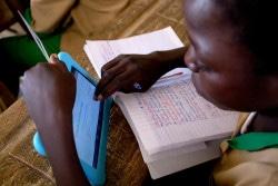 ユニセフ提供のタブレットを使用して勉強する子ども。(カメルーン)2017年10月撮影