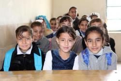 冬服の支援物資を受け取った子どもたち。 (2018年1月1日撮影)